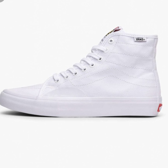 5dfe7cf3bc Men s AV classic high tops all white size 9. M 5b797ac1c2e88e7f2e402c64